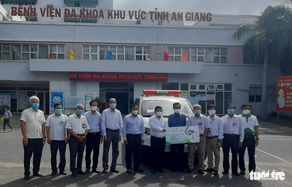Angimex tặng xe cứu thương, máy thở cho Bệnh viện Đa khoa khu vực Châu Đốc - Ảnh 1.