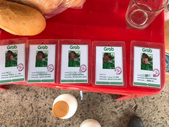 Một người giao hàng mua 6 thẻ hành nghề Grab giả để thông chốt - Ảnh 1.
