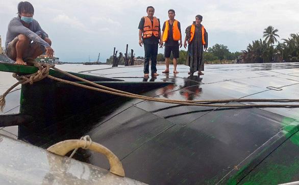 Dông gió lớn lật úp sà lan trên sông Đồng Nai, cứu kịp hai thuyền viên - Ảnh 1.