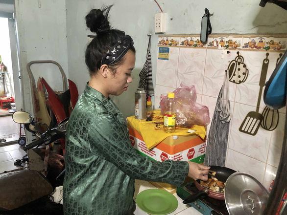 Đợt 4 dịch COVID-19, người nghèo ở TP.HCM kiệt sức với tiền trọ, bữa cơm... - Ảnh 2.