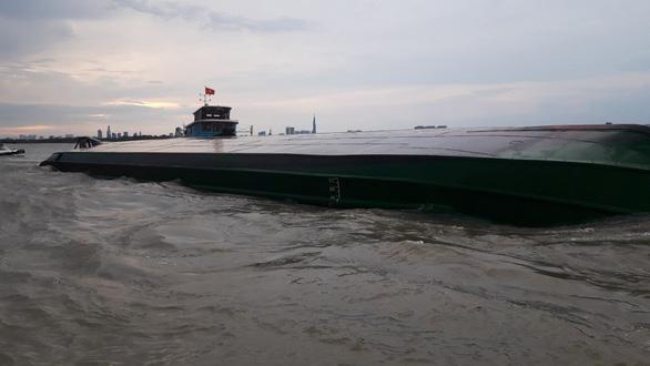 Dông gió lớn lật úp sà lan trên sông Đồng Nai, cứu kịp hai thuyền viên - Ảnh 2.
