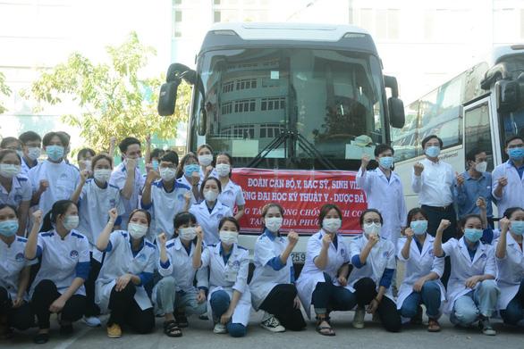 155 bác sĩ, nhân viên y tế, sinh viên Đà Nẵng chi viện cho Phú Yên và TP.HCM - Ảnh 1.