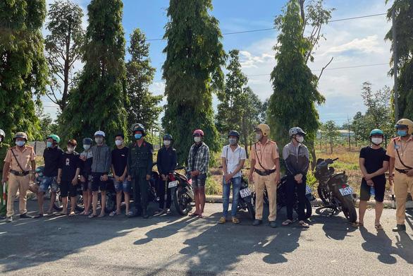Gặp cảnh sát 113, hơn 60 thanh thiếu niên tụ tập đua xe trái phép bỏ chạy tán loạn - Ảnh 1.
