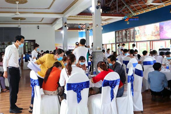 Nhiều ôtô biển số TP.HCM, Bình Dương, Đồng Nai dự sự kiện hơn một trăm người - Ảnh 1.