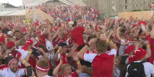 Video: Người hâm mộ Đan Mạch tưng bừng đón chào những người hùng trở về - Ảnh 4.