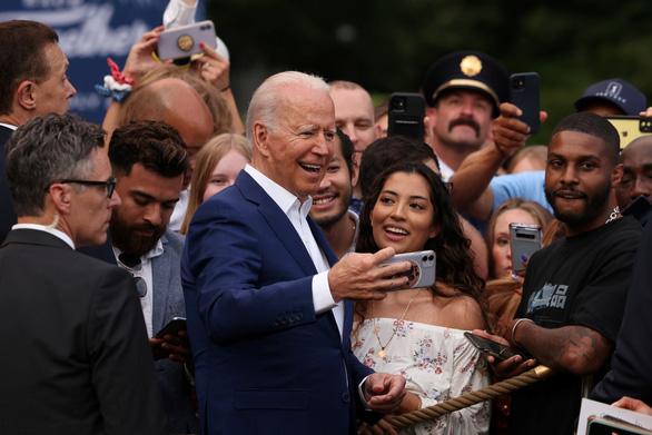 Tổng thống Biden: Nước Mỹ đã trỗi dậy từ bóng tối của COVID-19 - Ảnh 2.
