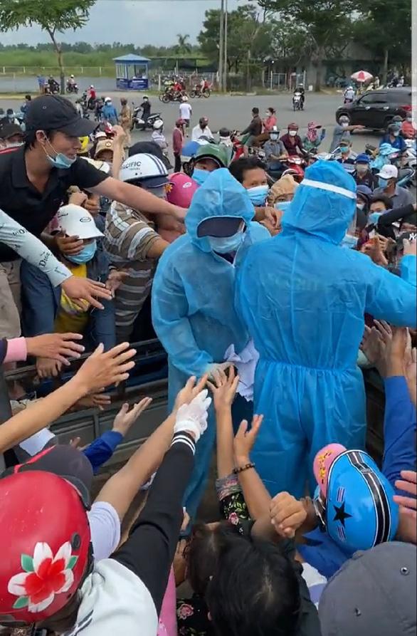 Đám đông chen nhau vì giấy xét nghiệm COVID-19, ban quản lý chợ Bình Điền nói gì? - Ảnh 1.