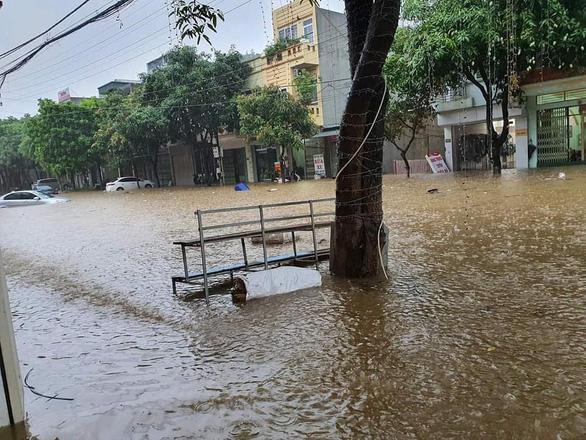 TP Lào Cai mưa lớn, nhiều ôtô chìm trong nước - Ảnh 3.