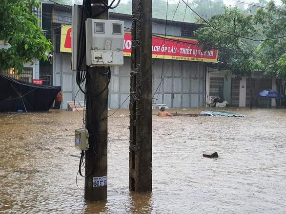 TP Lào Cai mưa lớn, nhiều ôtô chìm trong nước - Ảnh 1.