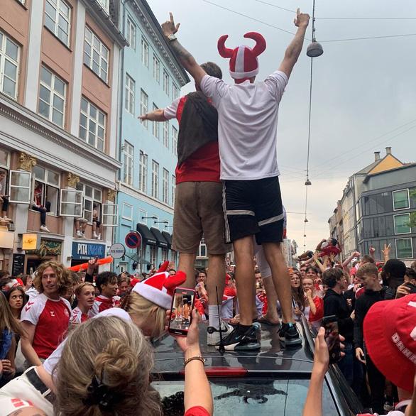 Video: Người hâm mộ Đan Mạch tưng bừng đón chào những người hùng trở về - Ảnh 7.