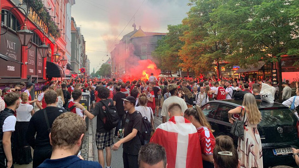 Video: Người hâm mộ Đan Mạch tưng bừng đón chào những người hùng trở về - Ảnh 8.