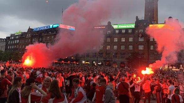 Video: Người hâm mộ Đan Mạch tưng bừng đón chào những người hùng trở về - Ảnh 9.