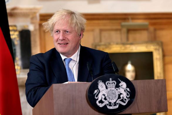 Dù ca bệnh mới vẫn cao, thủ tướng Anh kêu gọi dân 'học cách sống chung' với COVID-19 - Ảnh 1.