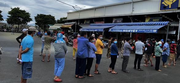 Đám đông chen nhau vì giấy xét nghiệm COVID-19, ban quản lý chợ Bình Điền nói gì? - Ảnh 2.