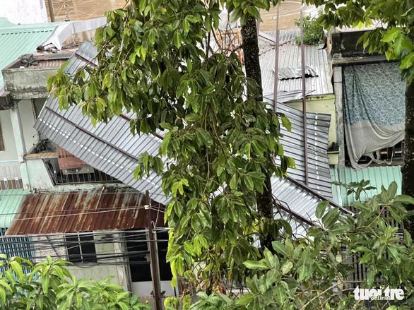 Lốc xoáy làm sập, tốc mái 36 căn nhà cùng nhiều cây ăn trái ở Tiền Giang - Ảnh 1.
