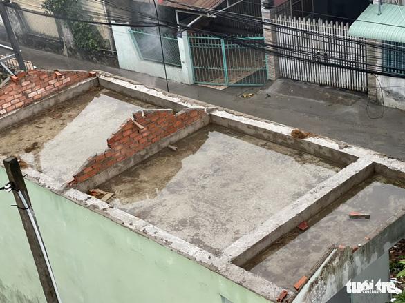 Lốc xoáy làm sập, tốc mái 36 căn nhà cùng nhiều cây ăn trái ở Tiền Giang - Ảnh 2.
