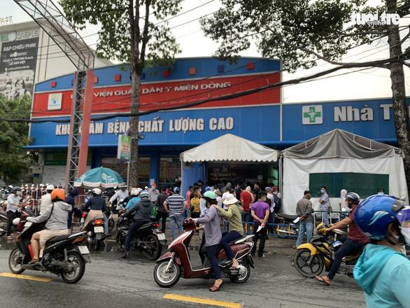 Người dân Sài Gòn đổ xô xét nghiệm COVID-19, nhiều bệnh viện quá tải - Ảnh 4.