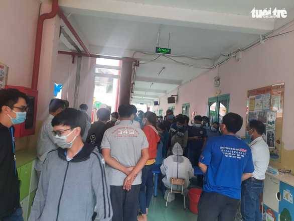 Người dân Sài Gòn đổ xô xét nghiệm COVID-19, nhiều bệnh viện quá tải - Ảnh 5.