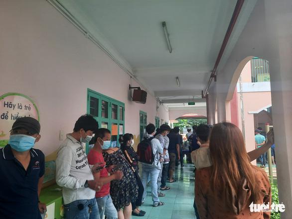 Người dân Sài Gòn đổ xô xét nghiệm COVID-19, nhiều bệnh viện quá tải - Ảnh 6.