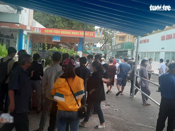 Người dân Sài Gòn đổ xô xét nghiệm COVID-19, nhiều bệnh viện quá tải - Ảnh 7.