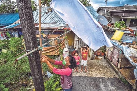 Dân Malaysia treo cờ trắng cầu cứu vì phong tỏa quá chặt - Ảnh 1.
