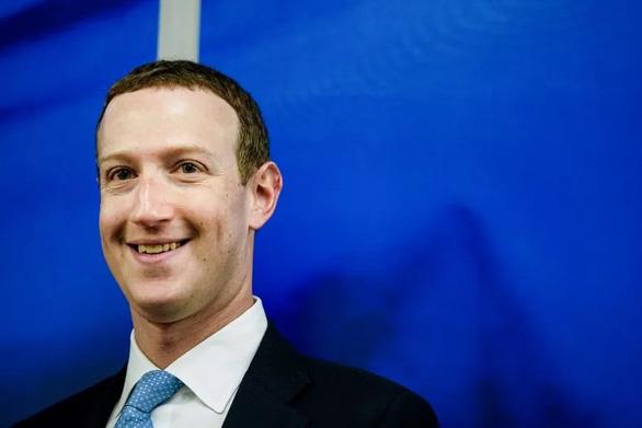 Ông chủ Facebook cầm cờ lướt ván mừng Quốc khánh Mỹ - Ảnh 1.