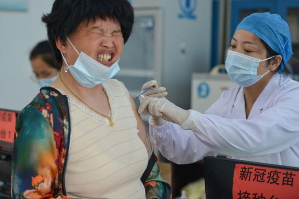 Các đô thị Trung Quốc chạy đua đạt miễn dịch cộng đồng đầu tiên - Ảnh 1.
