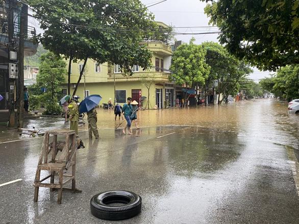 TP Lào Cai mưa lớn, nhiều ôtô chìm trong nước - Ảnh 5.