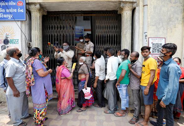Hàng ngàn người Ấn Độ bị tiêm vắc xin COVID-19 giả - Ảnh 1.