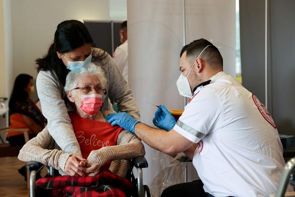 Israel: Vắc xin của Pfizer giảm hiệu quả ngăn ngừa ca nhiễm nhưng vẫn hiệu quả với ca nặng - Ảnh 1.