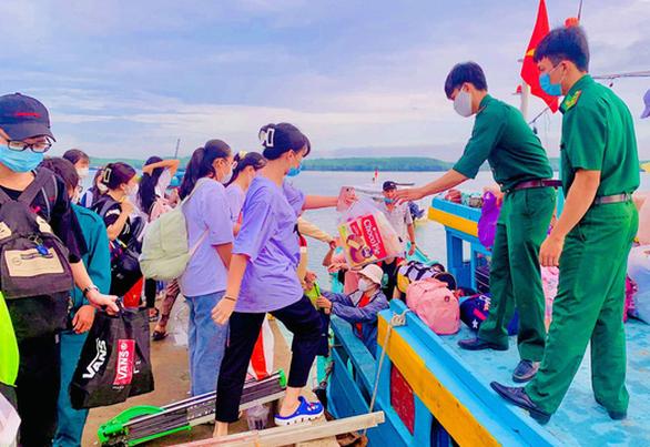 34 thí sinh xã đảo Thạnh An vào bờ sớm để kịp đi thi - Ảnh 1.