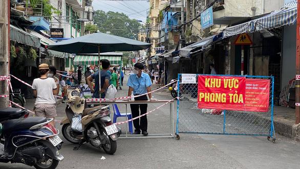 Phong tỏa đoạn đường bên hông chợ Thị Nghè vì có ca COVID-19 - Ảnh 1.