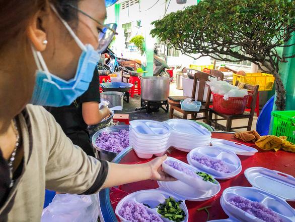 Tường Nguyên thiền tự nhỏ ở quận 4 với 6.000 phần cơm từ bi chia sẻ mỗi ngày - Ảnh 5.