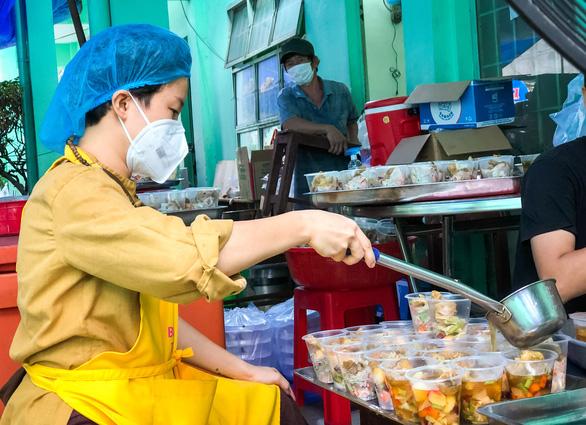 Tường Nguyên thiền tự nhỏ ở quận 4 với 6.000 phần cơm từ bi chia sẻ mỗi ngày - Ảnh 2.