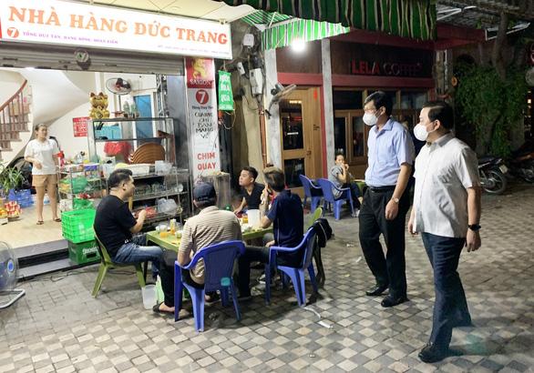 Phó chủ tịch Hà Nội bắt quả tang nhiều hàng quán vẫn phục vụ khách sau 21h - Ảnh 1.