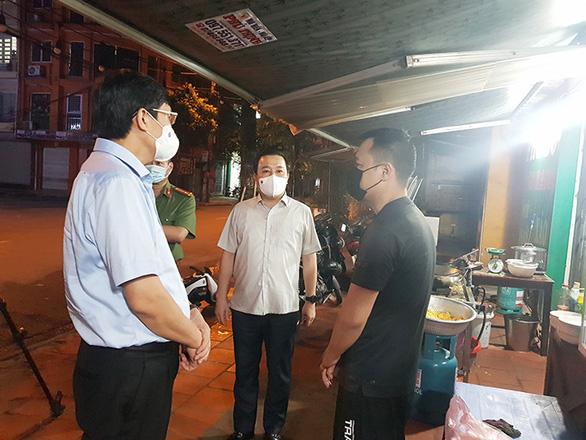 Phó chủ tịch Hà Nội bắt quả tang nhiều hàng quán vẫn phục vụ khách sau 21h - Ảnh 2.