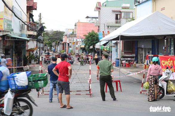 Ngoài học sinh đi thi, ai được phép ra vào phường Tân Phú trong thời gian phong tỏa? - Ảnh 1.