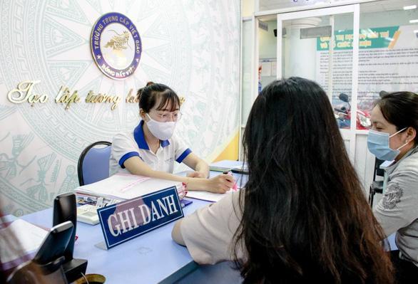 TP.HCM hoãn thi lớp 10: nhiều phụ huynh nộp hồ sơ nhập học Trung cấp Việt Giao - Ảnh 1.