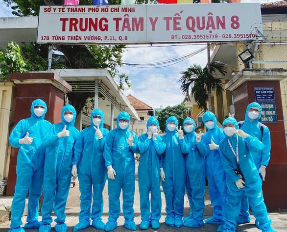 Sinh viên y khoa TP.HCM tình nguyện chống dịch: Có ngày làm 20 tiếng, mở mắt là mẫu bệnh phẩm - Ảnh 2.