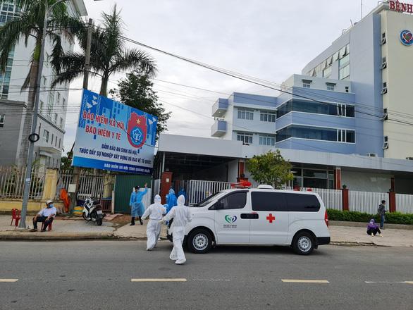 Phong tỏa Bệnh viện Phúc Hưng vì ca dương tính với COVID-19 liên quan đến chợ đầu mối Quảng Ngãi - Ảnh 3.