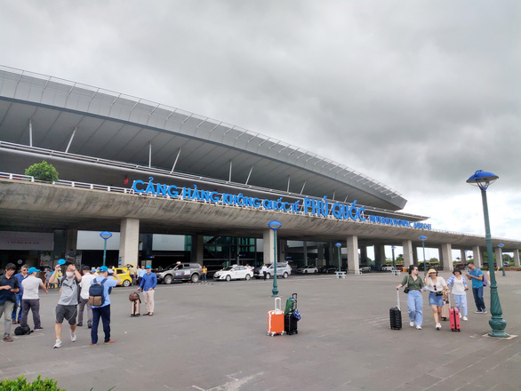 Từ 0h ngày 8-7 tạm dừng chuyến bay giữa TP.HCM và Phú Quốc - Ảnh 1.