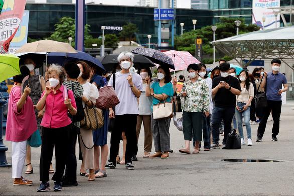 Số ca mới COVID-19 tăng kỷ lục, Hàn Quốc lo bùng dịch đợt 4 - Ảnh 1.