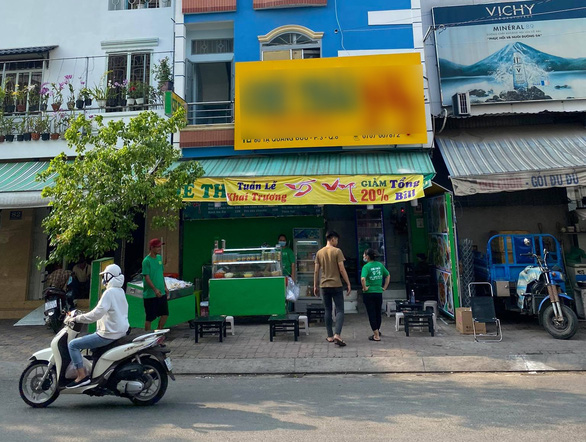 Gặp người xỉu giữa đường, dân Sài Gòn chẳng nề hà COVID-19 cứu giúp - Ảnh 1.