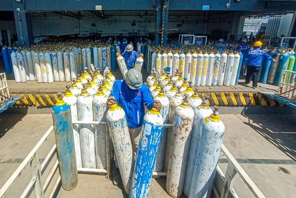 Dịch căng như dây đàn, Indonesia nhập khẩu khẩn máy tạo oxy từ Singapore - Ảnh 1.