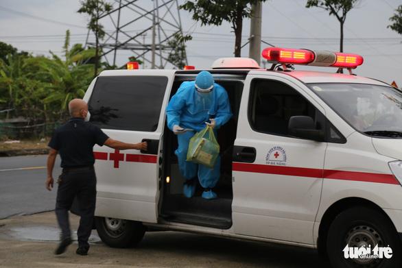 Thí sinh diện F Đà Nẵng đi thi bằng xe cứu thương, trùm kín người - Ảnh 2.