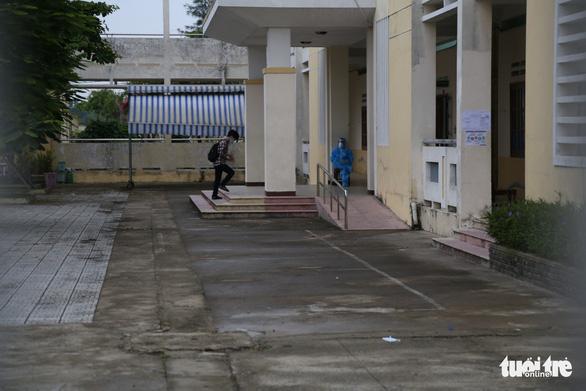 Thí sinh diện F Đà Nẵng đi thi bằng xe cứu thương, trùm kín người - Ảnh 8.