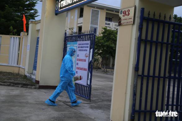 Thí sinh diện F Đà Nẵng đi thi bằng xe cứu thương, trùm kín người - Ảnh 3.