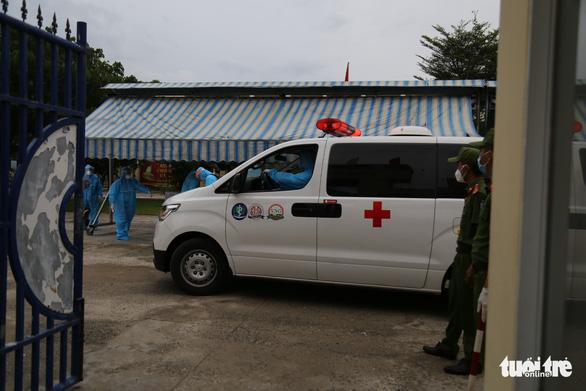 Thí sinh diện F Đà Nẵng đi thi bằng xe cứu thương, trùm kín người - Ảnh 5.