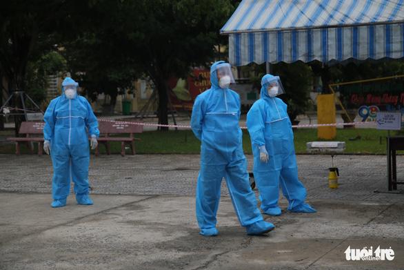 Thí sinh diện F Đà Nẵng đi thi bằng xe cứu thương, trùm kín người - Ảnh 4.