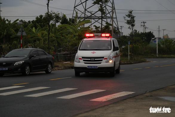 Thí sinh diện F Đà Nẵng đi thi bằng xe cứu thương, trùm kín người - Ảnh 1.